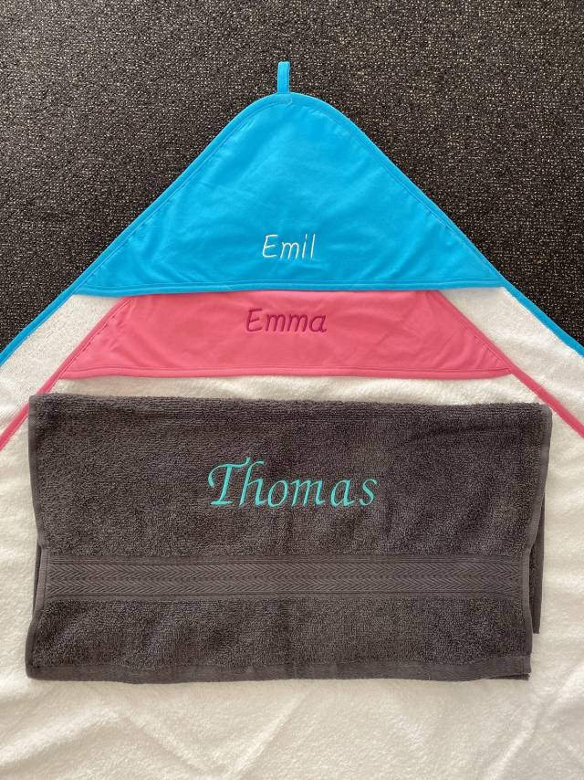 Danker-Druck Baby Hooded Towel, inkl. Aufdruck (Stick - 2,5cm Buchstabenhöhe)
